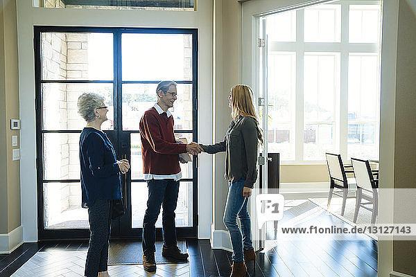 Älteres Ehepaar besucht Finanzberater im Amt