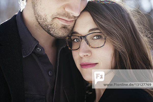 Porträt einer schönen Frau mit Mann im Freien