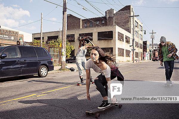 Freunde skateboarden auf der Straße