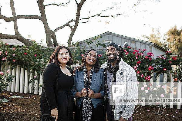 Porträt einer glücklichen Familie vor klarem Himmel im Park