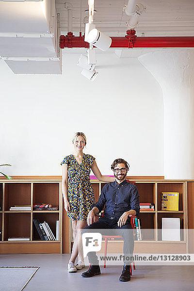 Porträt von lächelnden Mitarbeitern im Amt