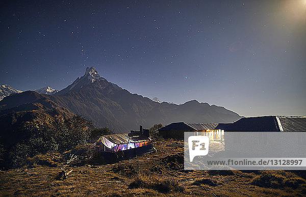 Hüttensohn Berg gegen Himmel bei Nacht