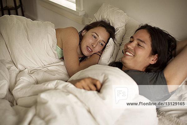 Glückliches Paar entspannt im Bett