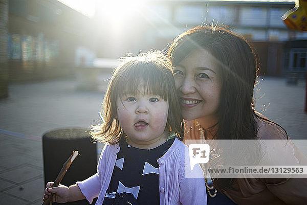 Porträt einer glücklichen Mutter und Tochter auf einem Fußweg