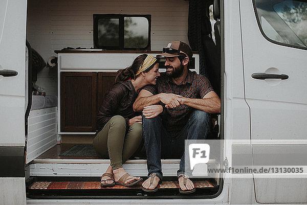 Glückliches Paar unterhält sich im Wohnmobil