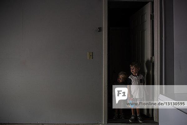 Brüder schauen weg  während sie an der Tür stehen