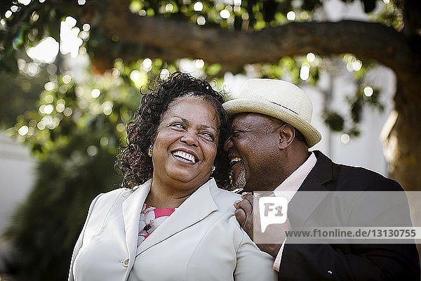 Nahaufnahme eines glücklichen älteren Paares  das im Park steht