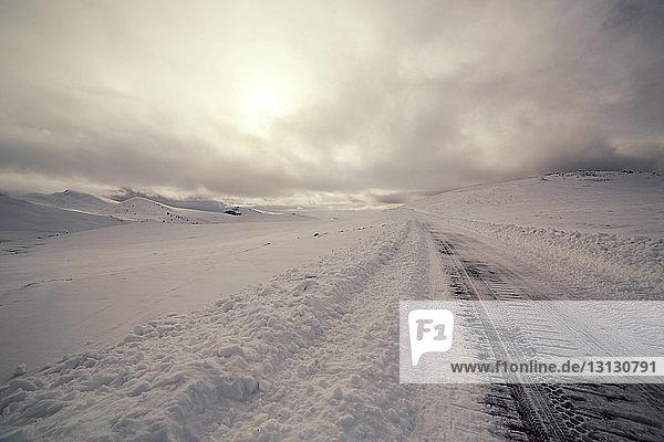 Szenische Ansicht einer mit Schnee bedeckten Landschaft gegen den Himmel