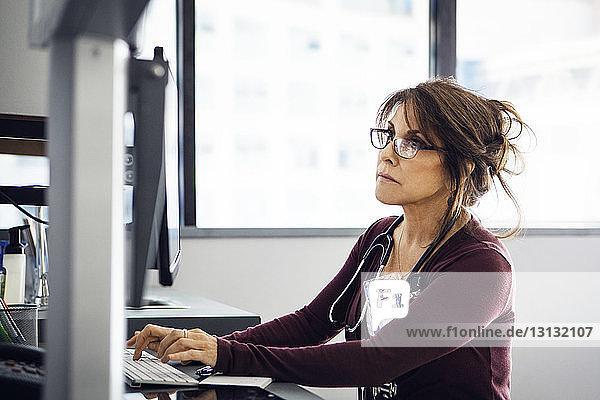 Ärztin mit Computer in der Klinik