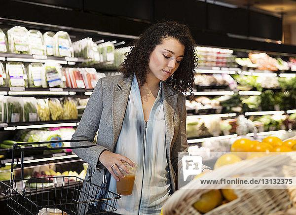 Geschäftsfrau beim Einkaufen im Supermarkt