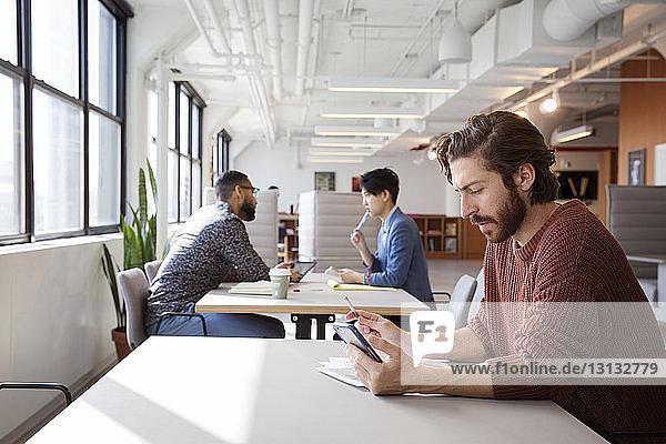 Mitarbeiter an Schreibtischen im Büro