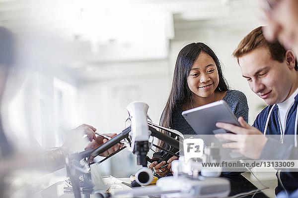 Freunde nutzen Tablet-Computer bei Tisch