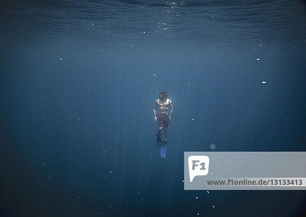 Frontansicht eines im Meer schwimmenden Mannes