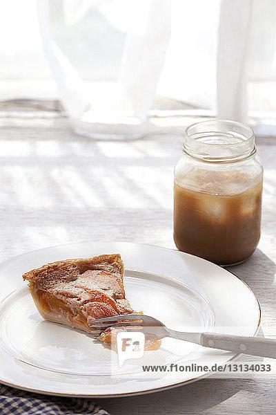 Nahaufnahme von Gabel und Kuchen im Teller auf dem Tisch