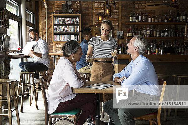 Kellnerin  die den Kunden im Café Getränke serviert