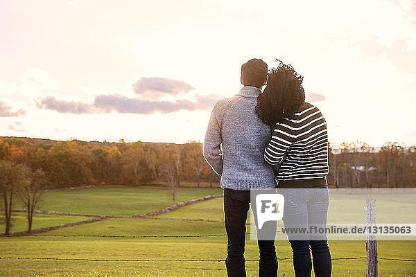 Rückansicht eines Paares  das sich gegen den Himmel entspannt