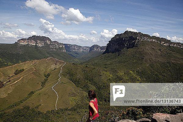 Hochwinkelaufnahme einer Frau  die im Chapada Diamantina-Nationalpark an den Bergen steht