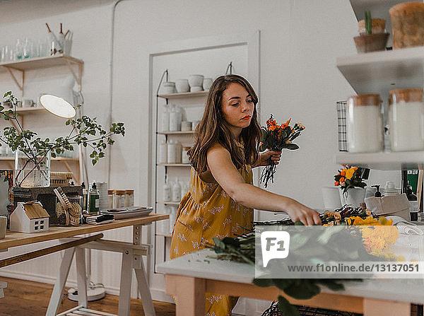 Florist stellt Blumensträuße im Blumengeschäft her
