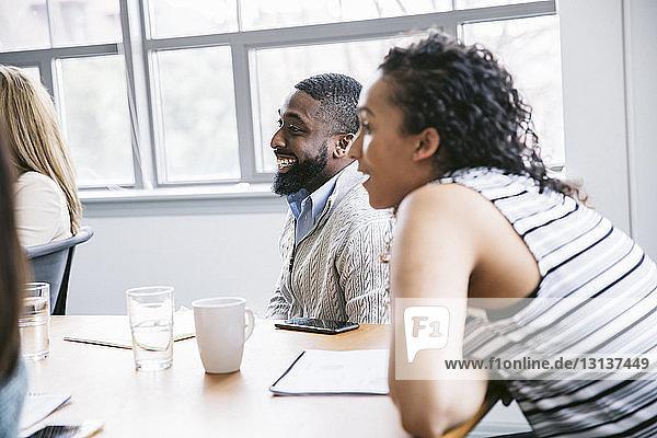 Mitarbeiter diskutieren bei Geschäftsbesprechung im Sitzungssaal