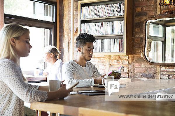 Menschen ruhen sich beim Kaffee trinken an der Theke im Café aus