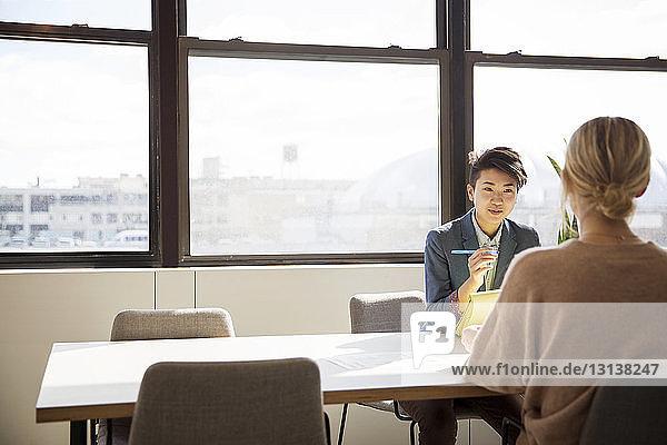 Weibliche Mitarbeiter  die am Schreibtisch im Büro planen