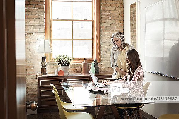 Geschäftsfrauen mit Laptop im Sitzungssaal