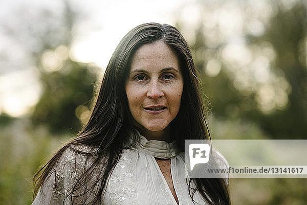 Porträt einer selbstbewussten Frau im Park