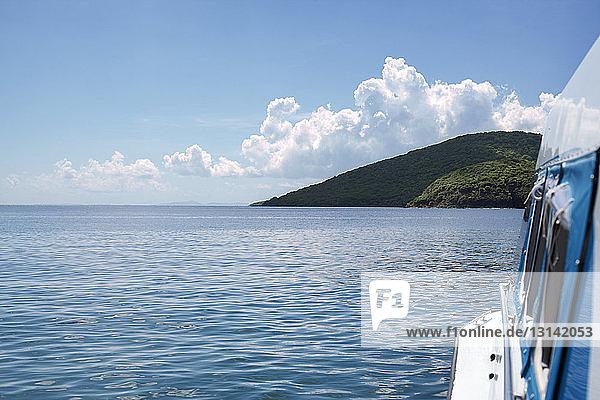 Ausgeschnittenes Bild eines Bootes im Meer gegen den Himmel