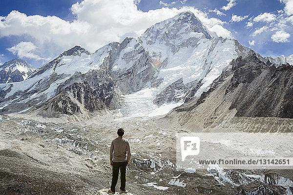 Rückansicht eines Mannes  der den Mt. Everest im Winter betrachtet