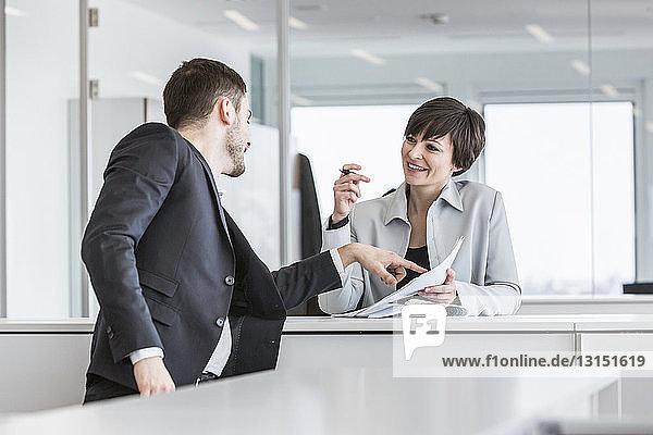 Geschäftsleute  die im Büro Papierkram erledigen