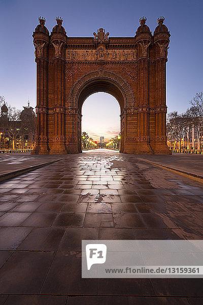 Arc de Triomf at dusk  Barcelona  Catalonia  Spain