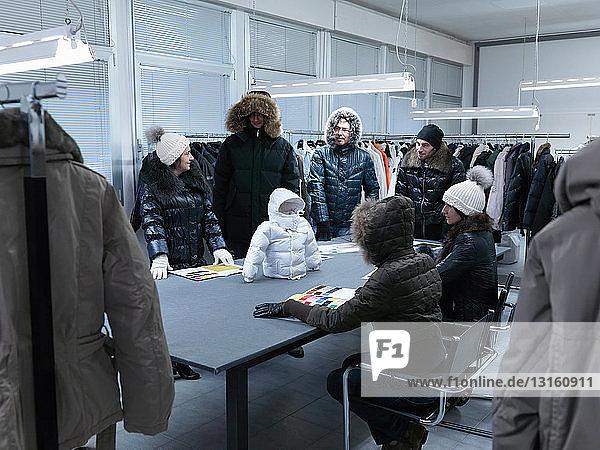 Produktentwickler inspizieren Mantel