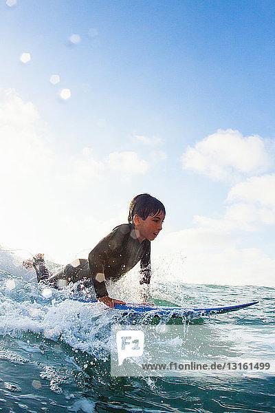 Junge übt auf dem Surfbrett  Encinitas  Kalifornien  USA