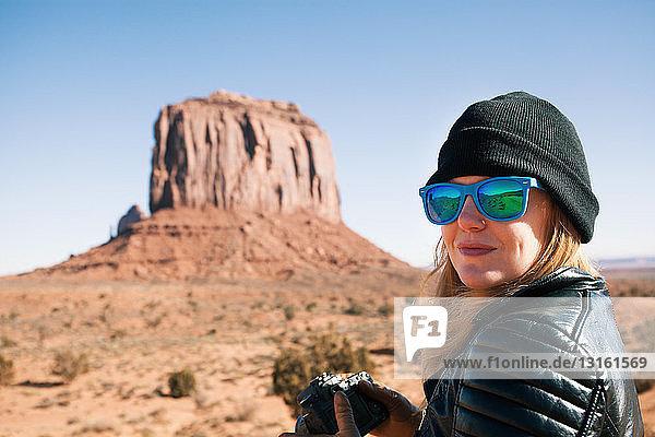 Porträt einer Frau mit blauer Sonnenbrille  Monument Valley  Utah  USA