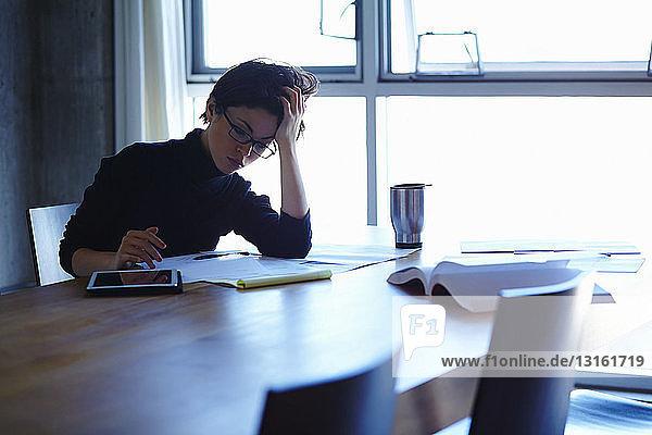 Junge Geschäftsfrauen mit Papierkram im Amt belastet