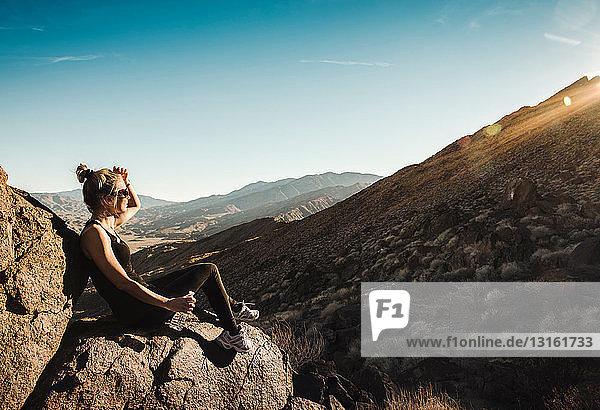 Mittelgroßer erwachsener Wanderer mit Blick auf die Aussicht in Palm Springs  Kalifornien  USA