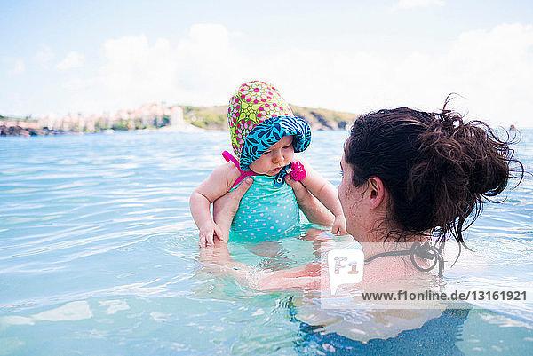 Mutter hält Tochter im Meer  St. Maarten  Niederlande