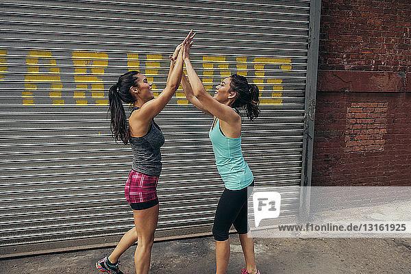 Zwei junge Läuferinnen auf der Straße in der Stadt