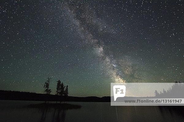 Blick auf See und Sterne bei Nacht  Thompson Okanagan  Penticton  Britisch-Kolumbien  Kanada