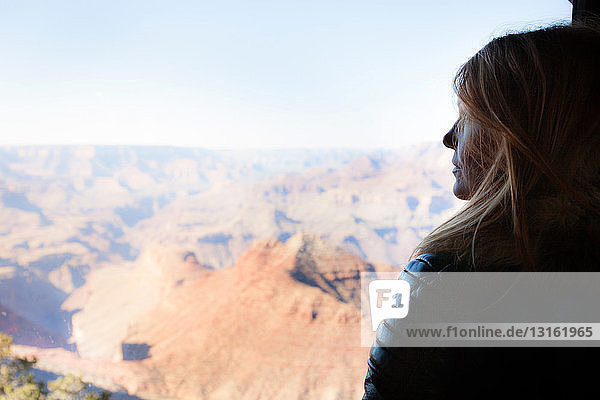Frau beim Blick auf den Grand Canyon,  Arizona,  USA