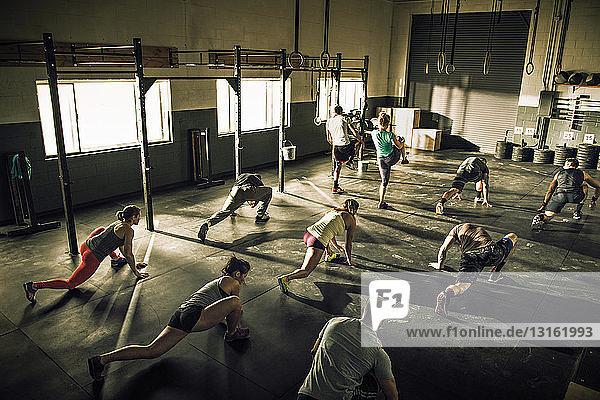 Gemeinsames Fitnesstraining und Stretching in der Turnhalle