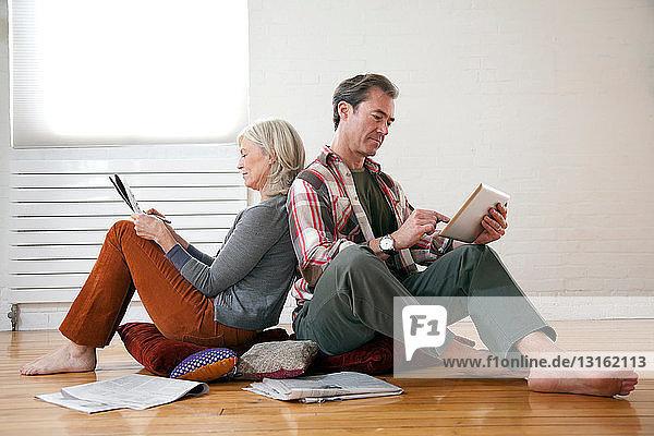 Älteres Paar entspannt auf dem Boden