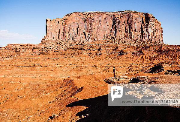 Fernblick einer Frau mit Blick auf das Monument Valley  Utah  USA