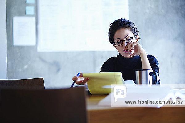 Junge Geschäftsfrauen studieren Papierkram im Büro