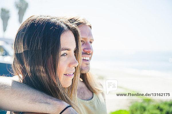 Porträt eines Paares  Mann mit Arm um die Frau
