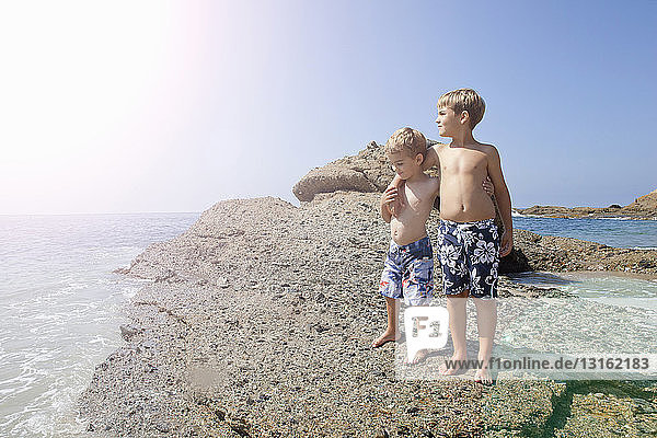 Am Strand spielende Brüder  Laguna Beach  Kalifornien  USA