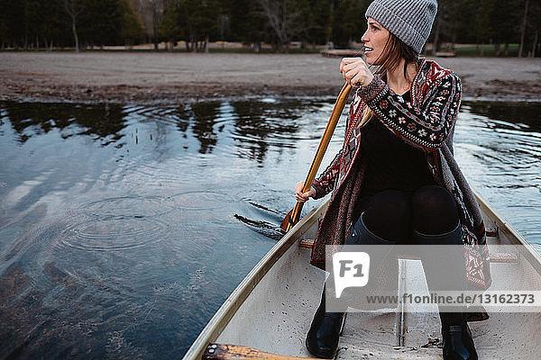 Ruderboot einer Frau auf dem See
