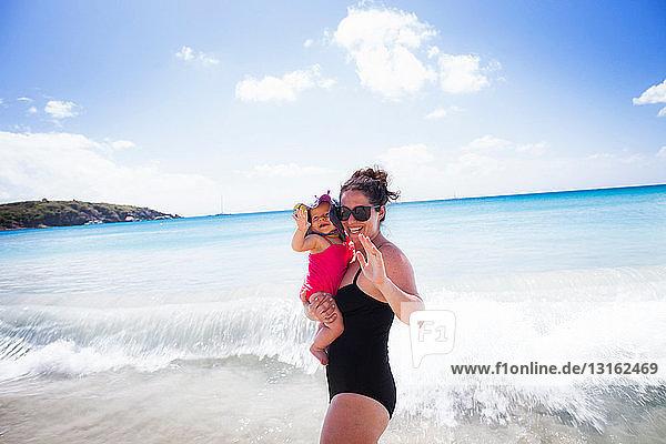 Mutter hält Tochter und winkt  St. Maarten  Niederlande