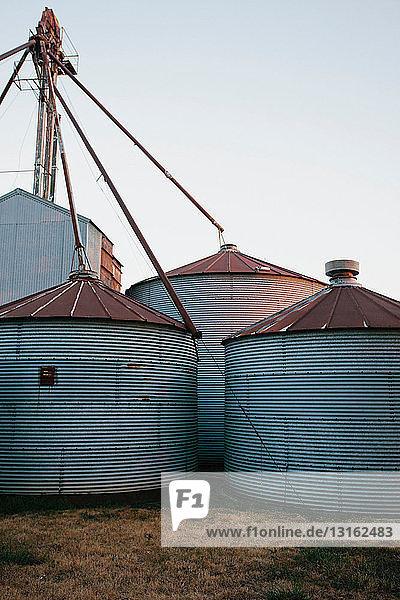 Getreidesilos,  die durch Rohre im Freien gespeist werden