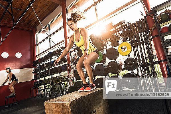 Bodybuilder  die im Fitnessstudio trainieren